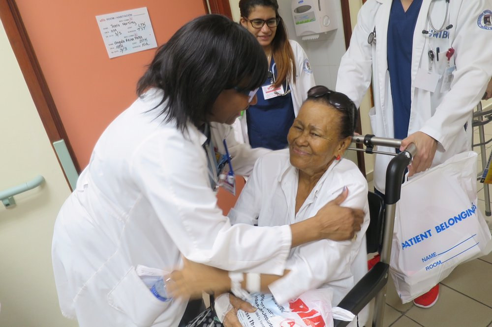 """The nursing staff and UNIBE medical student help to discharge a patient hime with a """"good bye"""" hug!"""