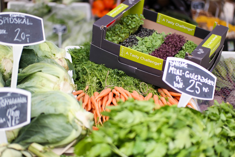 2-Delicious-Paprika-Hummus | www.8thandlake.com