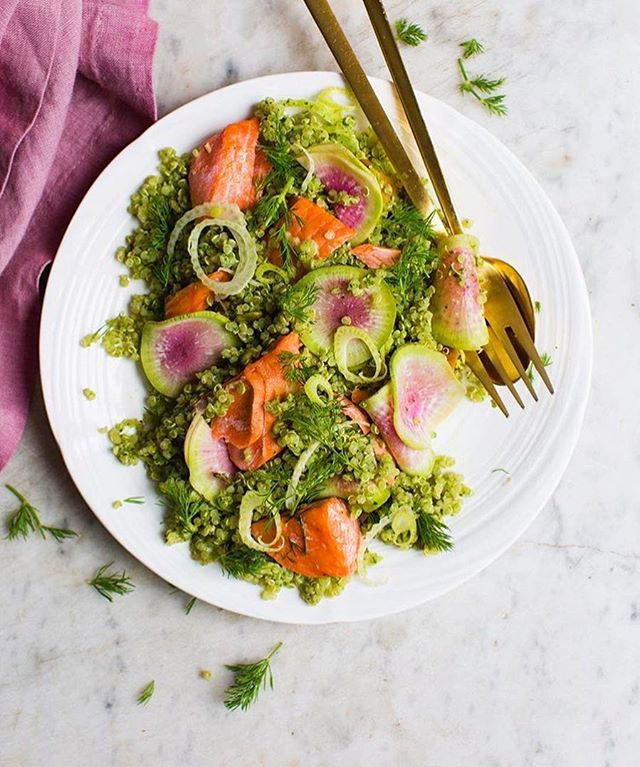 Flakey Salmon over pesto quinoa 😍 A simple simple meal that only requires 3 ingredients: Salmon, pesto, and quinoa 🙌🏻 You can get creative and add in extra herbs like fresh dill, radishes or even thinly shaved fennel. It is totally up to you but I love mixing and matching ingredients like pesto and seeing how I can use it in an unusual way to create a really delicious meal on the fly ☺️ Outside of pasta, how do you guys use pesto sauce? ❤️