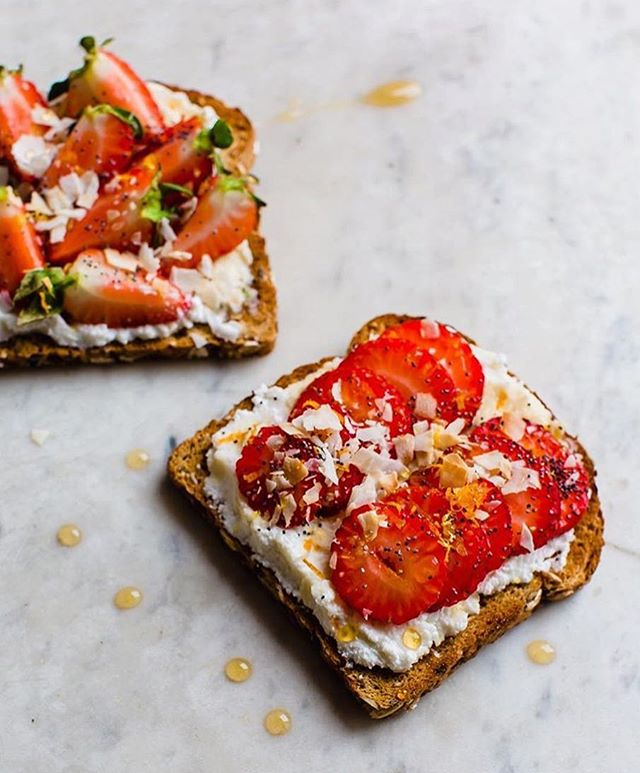 Not sure anything in life is better than sourdough toast topped with fresh strawberries, toasted coconut, honey, ricotta and poppy seeds 🤤 This little number gets me every time...and generally everyone else I make it for 🤣 Happy weekend friends!