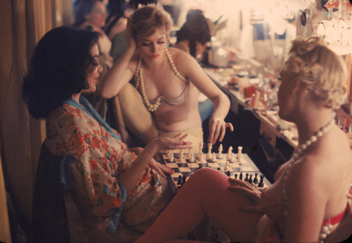stuffmomnevertoldyou: 1958: Nightclub showgirls backstage playing chess. (LIFE)