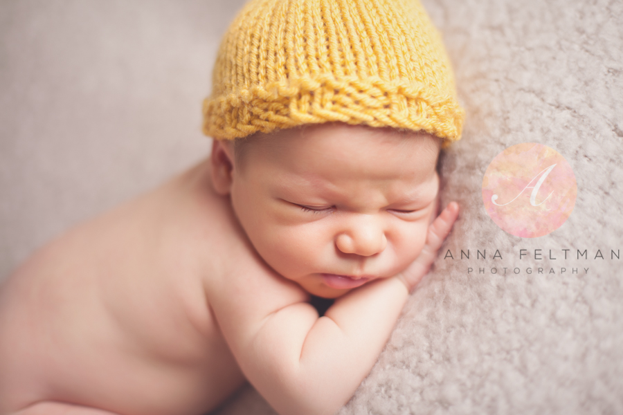 Yellow hat newborn Clermont.jpg