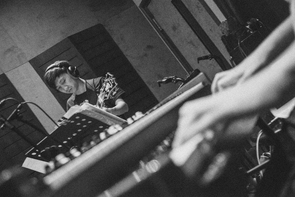 Teriver Cheung - 紐約當今最知名的華裔吉他手,與無數爵士大師演出,其中不乏葛萊美獎得主,發行過兩張專輯的他目前正以爵士音樂家的身份,巡演於世界各地。