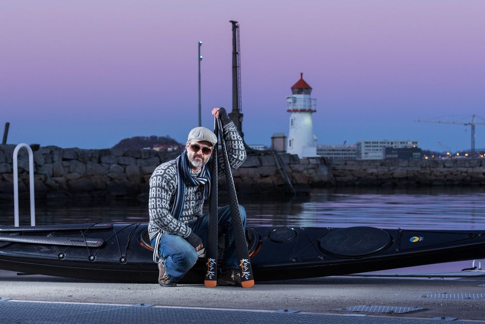 The shoot has begun.The sweater, scarf, glasses and carbon fiber oars. ISO 100, f/8.0, 1/10 sec.
