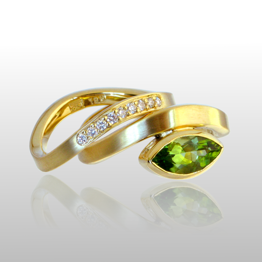 Contemporary 18k gold wedding band set 'Synergy' with peridot and diamonds by Pratima Design Fine Art Jewelry