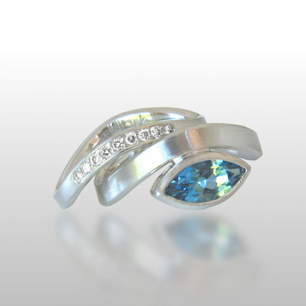 Contemporary 18k white gold wedding band set 'Synergy' with aquamarine and diamonds by Pratima Design Fine Art Jewelry
