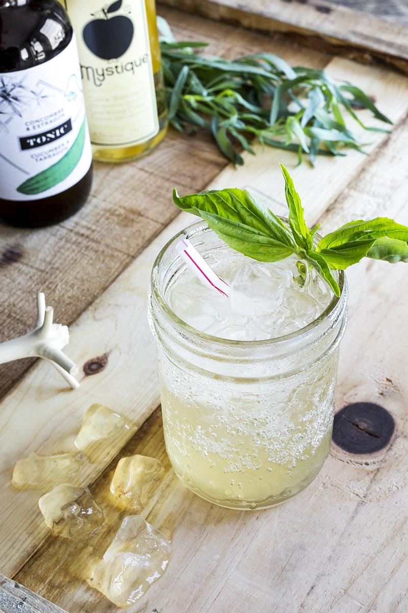GIN TONIC   1 oz gin  1/2 oz tonique  Eau gazeuse  . . .  Mélanger les ingrédients en complétant avec l'eau gazeuse et de la glace.  . . . . . . . . . . . . . . . . . . . . . . . . . . . . . . . . . . . . . . . . . . . . . . . . .   TONIC CONCOMBRE ET ESTRAGON I   2 oz tonique Concombre & Estragon  3 tranches de concombre Bio  2 feuilles de basilic  1 branche d'estragon  . . .  Piler le concombre et les herbes dans un verre de type lowball. Ajouter la glace, le tonic et remplir avec l'eau de votre Aquaovo. Garnir d'1 lamelle de concombre, d'une branche d'estragon et ud'n petit bouquet de feuilles de basilic.  . . . . . . . . . . . . . . . . . . . . . . . . . . . . . . . . . . . . . . . . . . . . . . . . .   LE CHARLOT SPRITZ   1 1/2 de tonique Concombre & Estragon  2-3 traits d'amer Angostura  8 à 10 oz de Mystique  . . .  Remplir de glace un petit pot Masson. Verser le tonique concombre & estragon, l'Angostura et remplir la coupe de cidre Mystique. Mélanger le tout, ajoutez 2 minces tranches de concombres et servir!  . . . . . . . . . . . . . . . . . . . . . . . . . . . . . . . . . . . . . . . . . . . . . . . . .