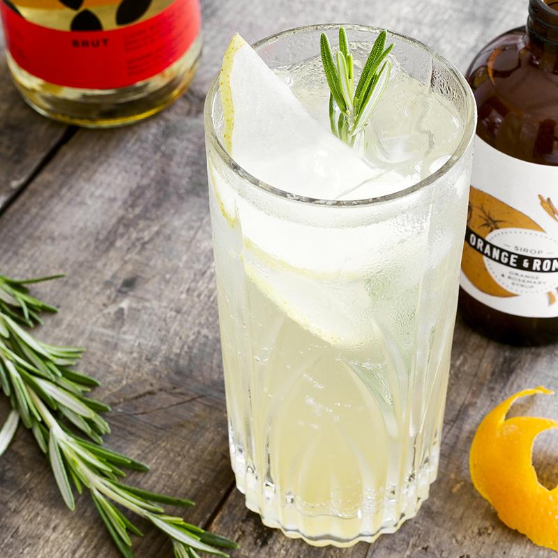 """SIROP ORANGE ROMARIN I *Pour une version alcoolisée, rajouter 1 ó oz de gin Piger Henricus. ó oz Sirop Orange romarin 1 oz Thé Oolong corsé froid 1 oz Jus 100% canneberges du Québec Jus ó citron . . . Verser sur glace dans un grand verre àvin, allonger avec de l'eau minérale gazéifiée. Garnir de canneberges séchées, 1 branche de romarin. . . . . . . . . . . . . . . . . . . . . . . . . . . . . . . . . . . . . . . . . . . . . . . . . . SIROP ORANGE ROMARIN II *Pour une version alcoolisée, rajouter 1 ó oz d'eau de vie Pom de vie de Michel Jodoin. ó oz Sirop orange romarin Jus ó lime 2 oz Ginger beer Bruce Cost au fruit de la passion et curcuma . . . Verser le tout sur glace dans un verre de type highball. Garnir d'1 tranche de lime, 2 pailles. . . . . . . . . . . . . . . . . . . . . . . . . . . . . . . . . . . . . . . . . . . . . . . . . . SIROP ORANGE ROMARIN 1 ½ oz sirop orange et romarin Les Charlatans Jus ó citron Jus ó orange sanguine . . . Verser sur glace dans un verre àvin et remplir avec l'eau de votre Aquaovo préalablement gazéifiée. Garnir d'1 branche de romarin, 2 pailles. . . . . . . . . . . . . . . . . . . . . . . . . . . . . . . . . . . . . . . . . . . . . . . . . . OLD FASHIONED 2 oz de bourbon ou de whisky de seigle 2 traits d'Angostura bitters . oz de sirop orange & romarin zeste d'orange . . . Dans verre old fashioned, mélanger le sirop, l'angostura et le zeste d'orange. à l'aide d'un pilon appuyer doucement sur les zestes afin de libérer les huiles. Ajouter le whisky et remuer. Ajouter de la glace. . . . . . . . . . . . . . . . . . . . . . . . . . . . . . . . . . . . . . . . . . . . . . . . . . SINGAPORE SLING 2 oz jus d'ananas 1 ó oz gin ó oz cherry brandy ó oz jus de lime . oz sirop orange & romarin ¼ oz Bénédictine . . . Refroidir un verre de type highball ou Hurricane. dans un """"shaker"""" mélanger tous les ingrédients avec de la glace. Filtrer dans le verre de service et décorer à la mode tiki. . . . . . . . . . . . . . . . . . . . . . . . . . . . """