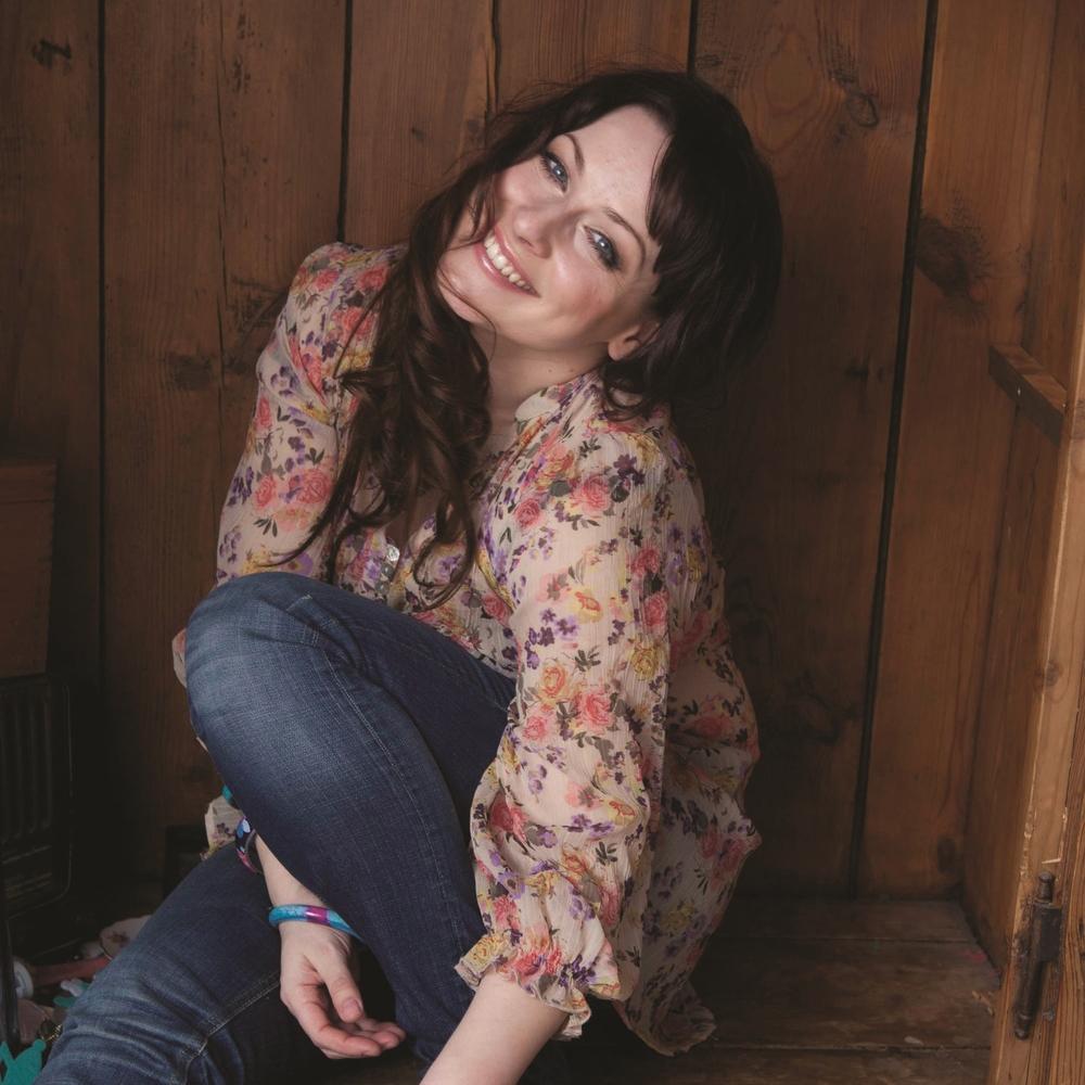ERIN   Topliner & lyrics   Erin    on julkaissut kolme menestysalbumia, joista ensimmäinen,  Hunningolla  on useiden radiohittien siivittämänä myynyt jo kolminkertaista platinaa. Lisäksi Erin on ollut kirjoittamassa  Kaija Koon   Siniset tikkaat  -singleä, joka oli yksi vuoden 2016 suurimmista hiteistä.