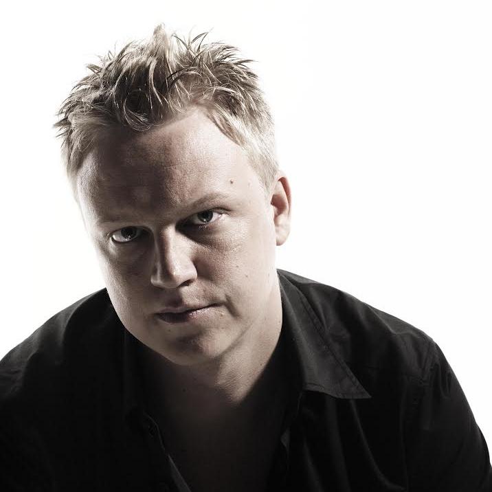 PETRI SOMER   Topliner & producer     Petri Somer on viime vuosina ollut maamme menestyneimpiä iskelmäpopin säveltäjiä. Peten puhutteleva ja melankolinen kynänjälki on kuulunut sellaisten  artistien hiteillä kuin  Suvi Teräsniska ,  Yö , Jari Sillanpää, Laura Voutilainen  ja  Neljänsuora .