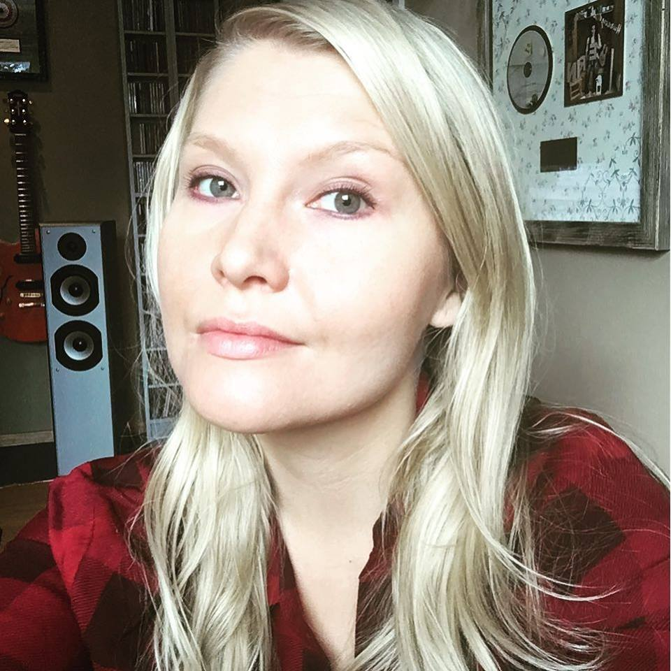 SUVI VAINIO  Lyrics   Suvi Vainion  kynästä irtoaa monitasoisia ja tarttuvia tekstejä, joita ovat levyttäneet tähtiartistit, kuten  Laura Voutilainen  ja  Johanna Kurkela . Suvin viimeisimpiin menestyksiin kuuluvat  Tippa T:n  hitti  Ei tippa tapa,  Laura Voutilaisen  singlet  Miks ei    ja  Mä en kestä  sekä Jari Sillanpään   Mä elän taas .