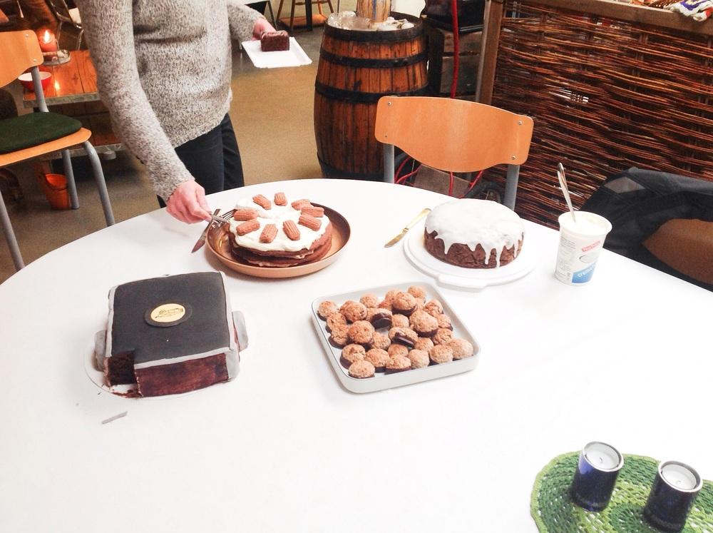 Vi hygger altid til vores møder - her er et foto af kagebordet :)