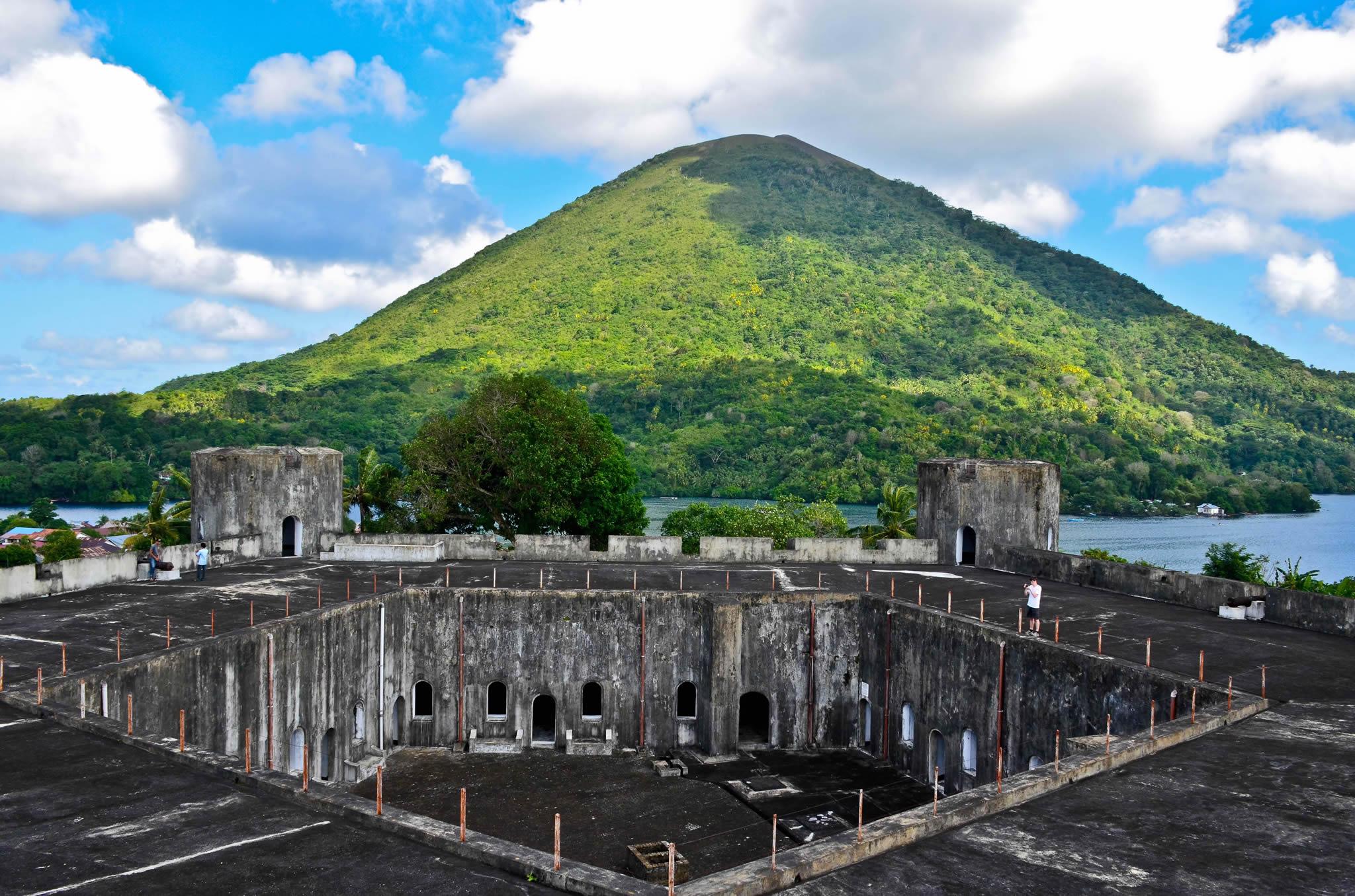Fort Belgica, overseeing the Gunung Api volcano. Image : Wikipedia