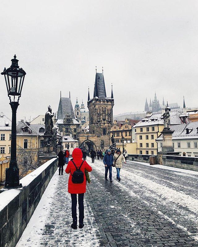 Červená bunda.🔴 - Red jacket.🔴 - #prague #praguestagram #praguestagirl #praguegirl #prag #praga #praha #czech #czechrepublic #czechgirl #czechboy #iglifecz #igerscz #igraczech #view #snow #architecture #architecturelovers #beautiful #beautifuldestinations #snowy #streetphotography #vsco #vscocam #travel #travelgram #travelstagram #instatravel #pragueworld