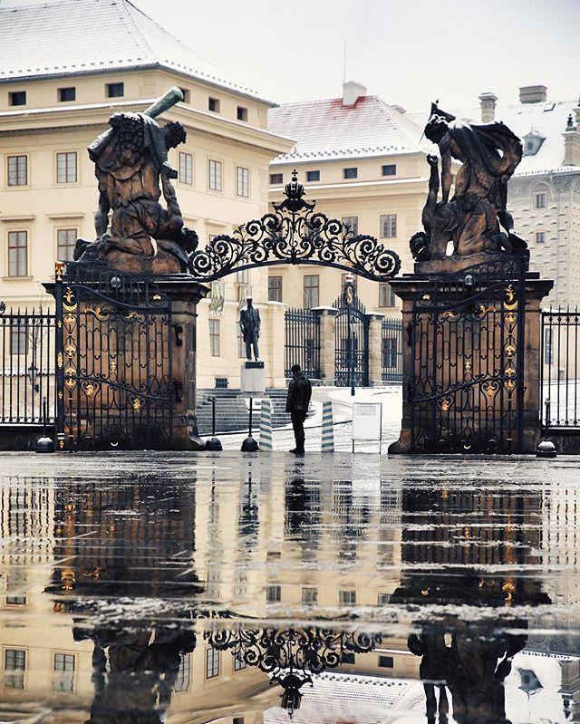 4 chlápci se perou a 2 tomu s klidem přihlížejí.⚔️👀 - 4 guys are fighting and 2 are calmly observing it.⚔️👀 - #prague #praguestagram #praguestagirl #praguegirl #prag #praga #praha #czech #czechrepublic #czechgirl #czechboy #iglifecz #igerscz #igraczech #view #reflection #architecture #architecturelovers #beautiful #beautifuldestinations #snowy #streetphotography #vsco #vscocam #travel #travelgram #travelstagram #instatravel #pragueworld