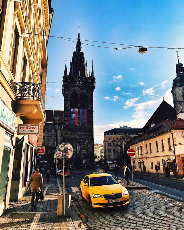 Praha s New Yorským filtrem🚖🙃 - Prague with a New York filter🚖🙃 - #prague #praguestagram #praguestagirl #praguegirl #prag #praga #praha #czech #czechrepublic #czechgirl #czechboy #iglifecz #igerscz #igraczech #view #yellowcab #architecture #architecturelovers #beautiful #beautifuldestinations #sunny #streetphotography #vsco #vscocam #travel #travelgram #travelstagram #instatravel #pragueworld