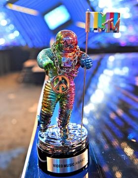 2015 MTV VMA Jeremy Scott Moon Man