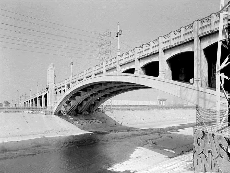 The elements of the viaduct – the arches of the roadway deck and the arches of the bridge – were meant to harmonize along its length. (Photo Library of Congress, Historic American Engineering Record