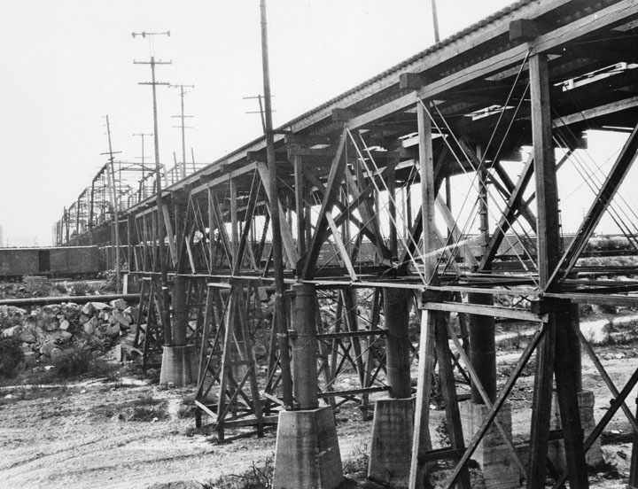 The Fourth Street Viaduct in 1905 combined wood trestles with girder trusses. (Photo courtesy of Herald-Examiner Collection, Los Angeles Public Library