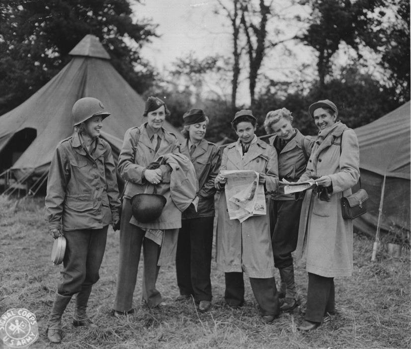 Wonderful photo of WWII female war reporters