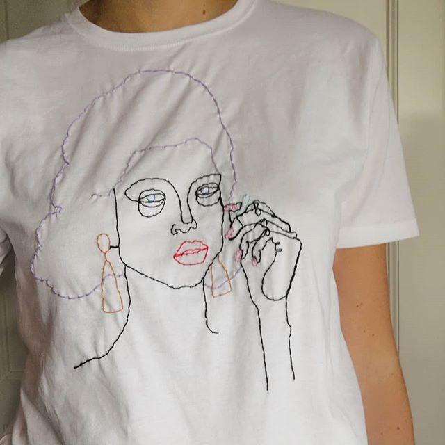 Snart kommer det t-skjorter med broderi i webshopen! Planlegger også broderi workshop torsdag 1.november på Sukker i Trondheim✨ Mer info kommer, må bare forsikre meg om at broderinålene blir levert i tide for de var visst ikke på lager!😅 . . . .  #embroidery #broderi #handembroidery #slowfashion #illustration #fashionillustration #illustrasjon #makesmthng #majastabel