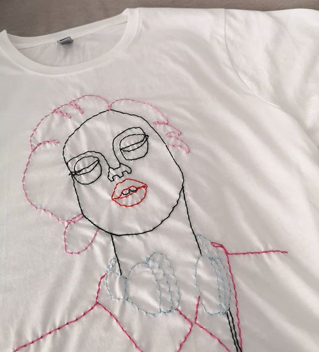 Broderi Workshop! ✨🦄 Vil du lage deg en unik t-skjorte med håndbroderi? Bli med på workshop da vel! 1.november på Sukker!  Få en hvit (heavy cotton) t-skjorte og velg mellom 3 forskjellige motiv. Lær hvordan du broderer med 'Kantan nål' - det er veldig enkelt og gøy - og ikke minst mye kjappere enn vanlig broderi💨Link i bio for påmelding! Begrensede plasser! Håper å se deg der😃 Ps: De har lova at broderinålene skal komme frem i tide😅 . . . . . . . #embroidery #workshop #broderi #broderie #embroideryart #handembroidery #slowfashion #illustration #fashionillustration #illustrasjon #makesmthng #diy #ooak #majastabel