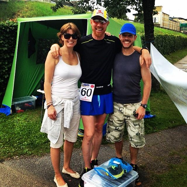 Johnny, dagen till ära i blå löparkjol från Craft, med den blixtinkallade supporten Mirja och Anders