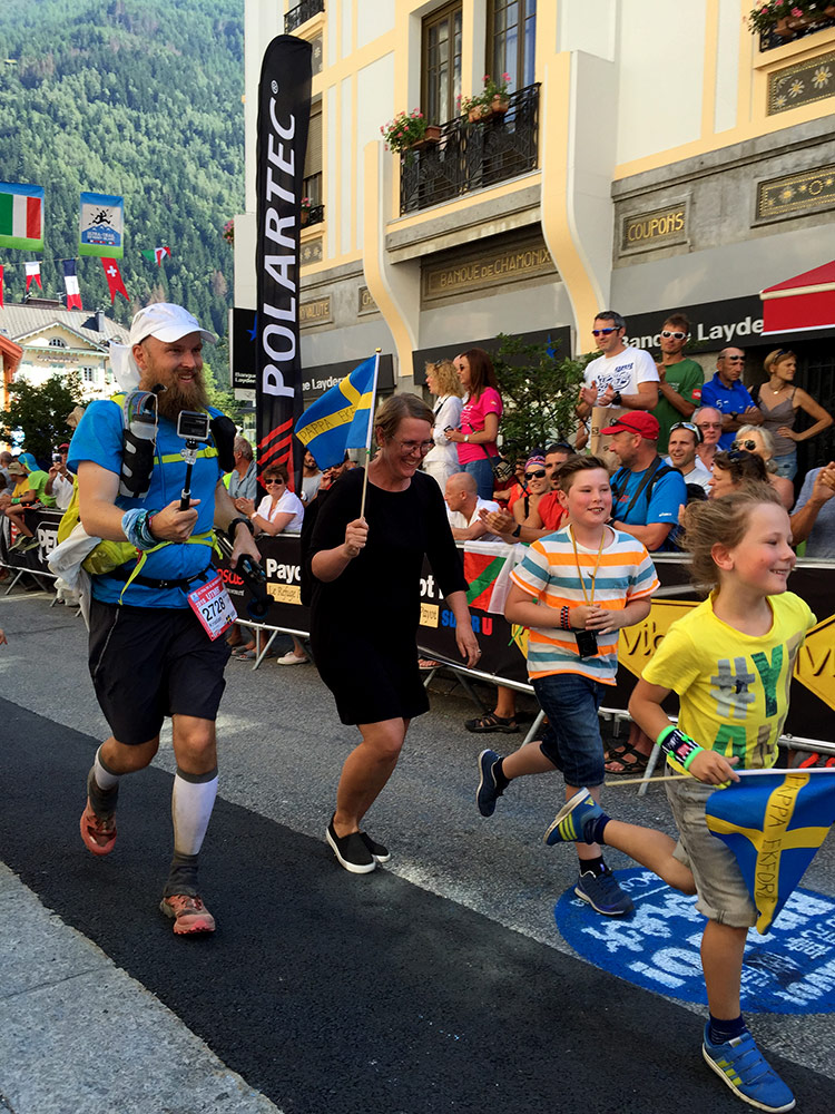 Kristian finished in 45:55, here about to cross the finish line with his family <3