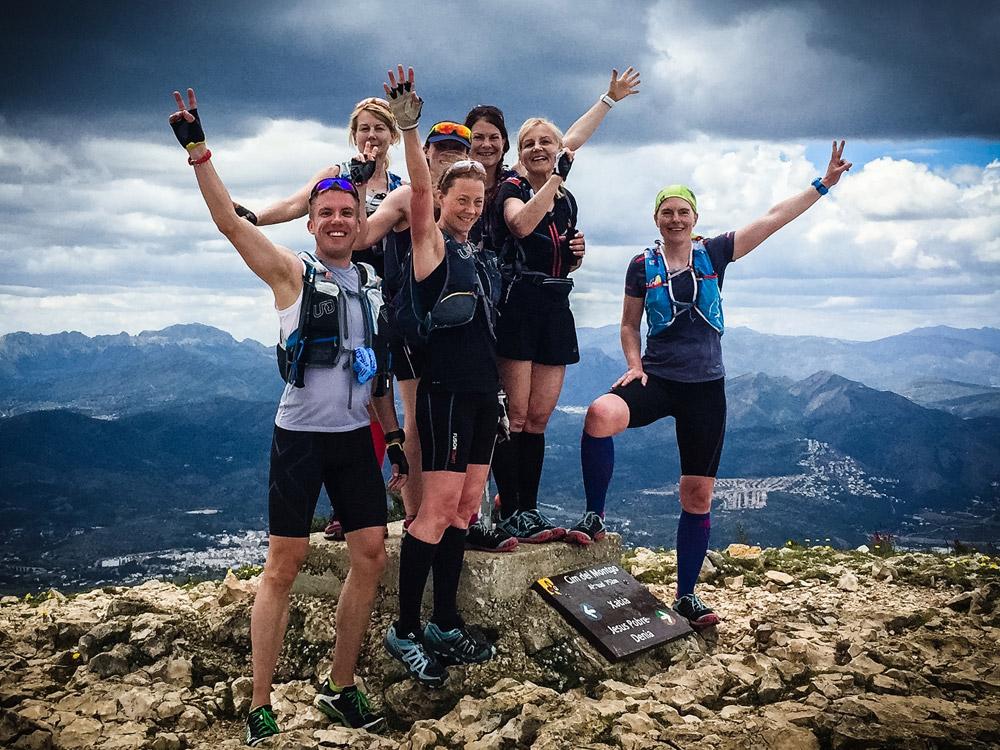 En av våra fyra fartgrupper firar att de nått högsta toppen påMontgo!