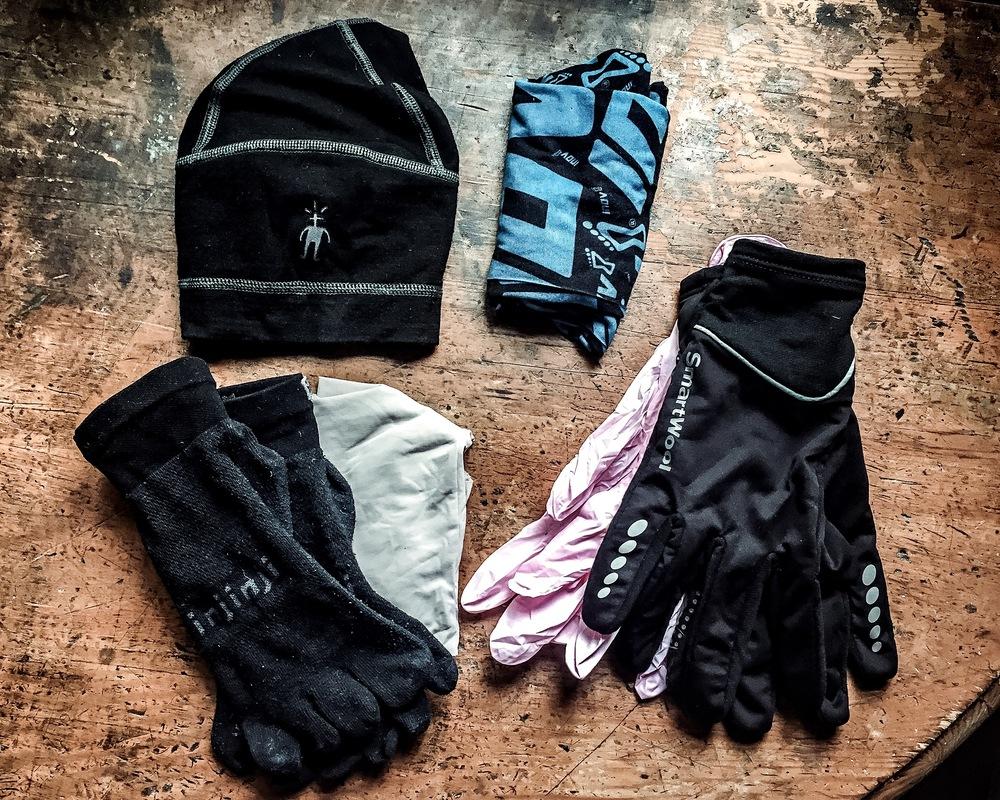 Varm mössa från Smartwool, buff från Inov-8, extra strumpor Injinji, extra underbyxor, varma handskar från Smartwool plus plasthandskar. Man måste ha med sig ett par varma och vattentäta handskar, men denna kombination godtas också.