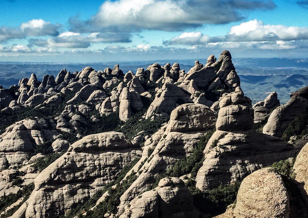 De magiska topparna i Montserrat, det sågtandade berget.