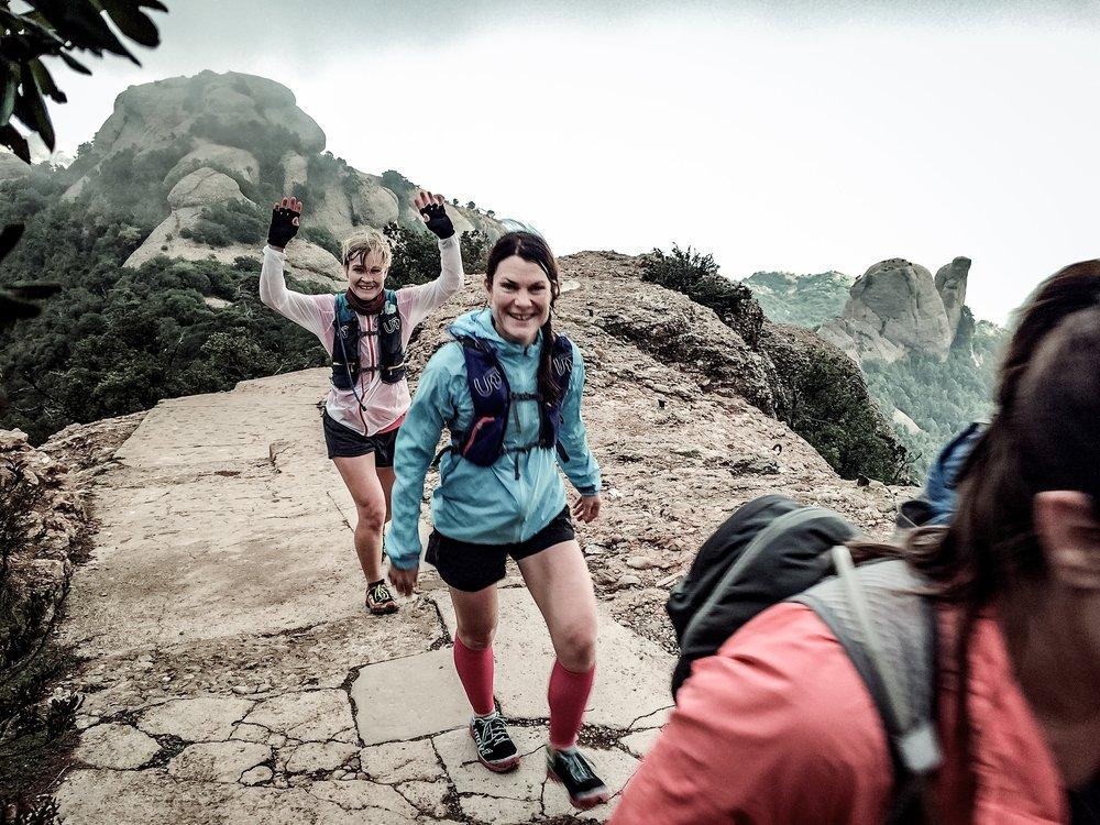 Första dagen bjöd på en lång löptur runt hela bergsmassivet Montserrat. Vädret var omväxlande med dimma, moln, sol och på kvällen även åska och regn. Våra tappra löpare hade som tur var med sig kläder för alla väder!