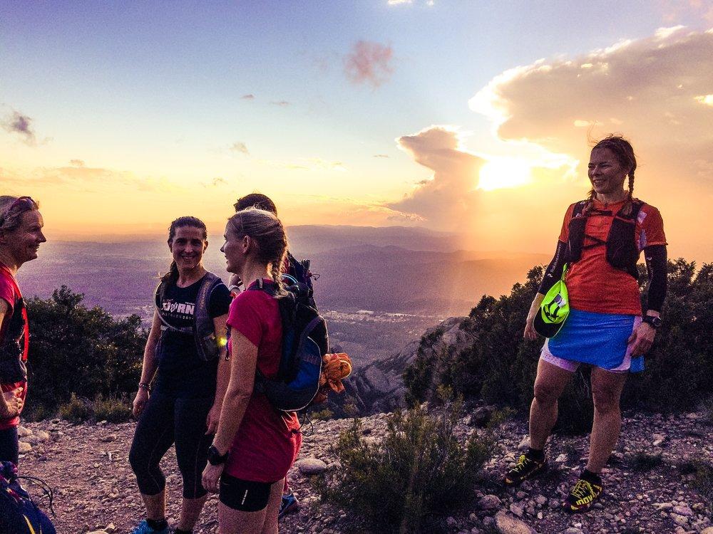 Här har snabba gruppen precis nått högsta toppen på Montserrat! Tur att pannlamporna var med eftersom det skulle visa sig att det hann bli mörkt innan vi var tillbaka vid bilarna.