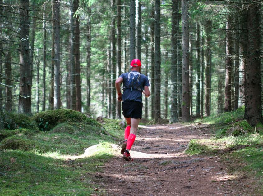 Löpning, skog och matchad outfit. Bild från Bergslöparna.