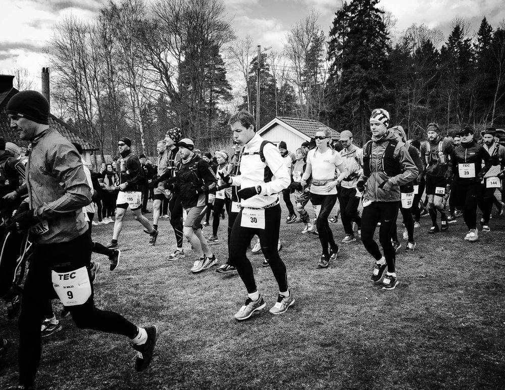 Hoppfulla löpare på starten av TEC, Täby Extreme Challenge
