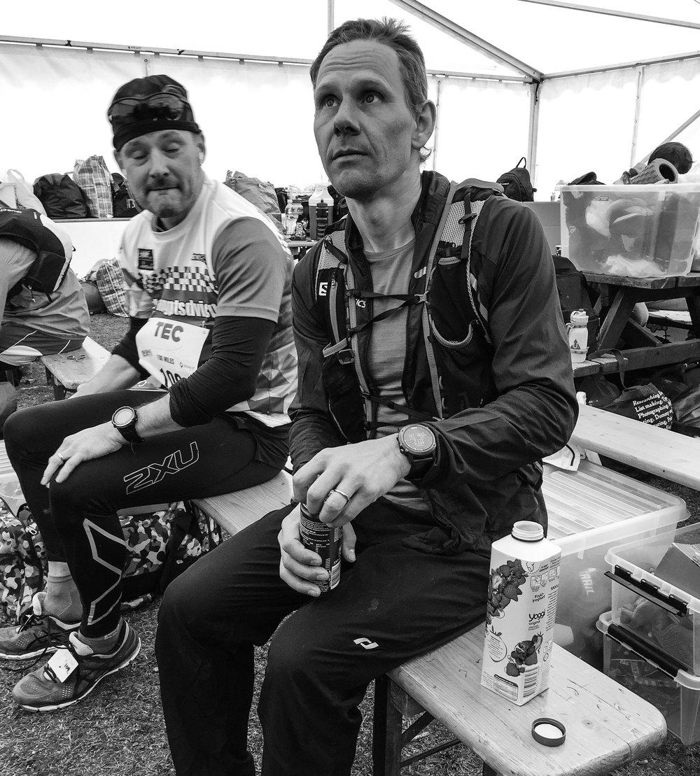 Martin Scharp som springer 200 miles är inne för varvning. Han sitter ner en stund, dricker yoghurt och hämtar ny kraft. Martin sov ibland ett par minuter i varvningen och mot slutet av loppet sov han också korta stunder ute på banan.