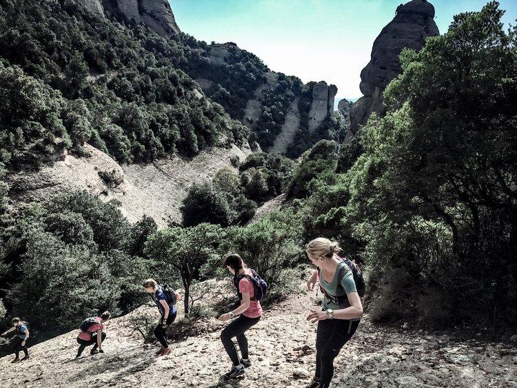 Snabba gruppen tar sig nedför en av topparna i Montserrat på vårt  Ultra Trail Camp Montserrat .