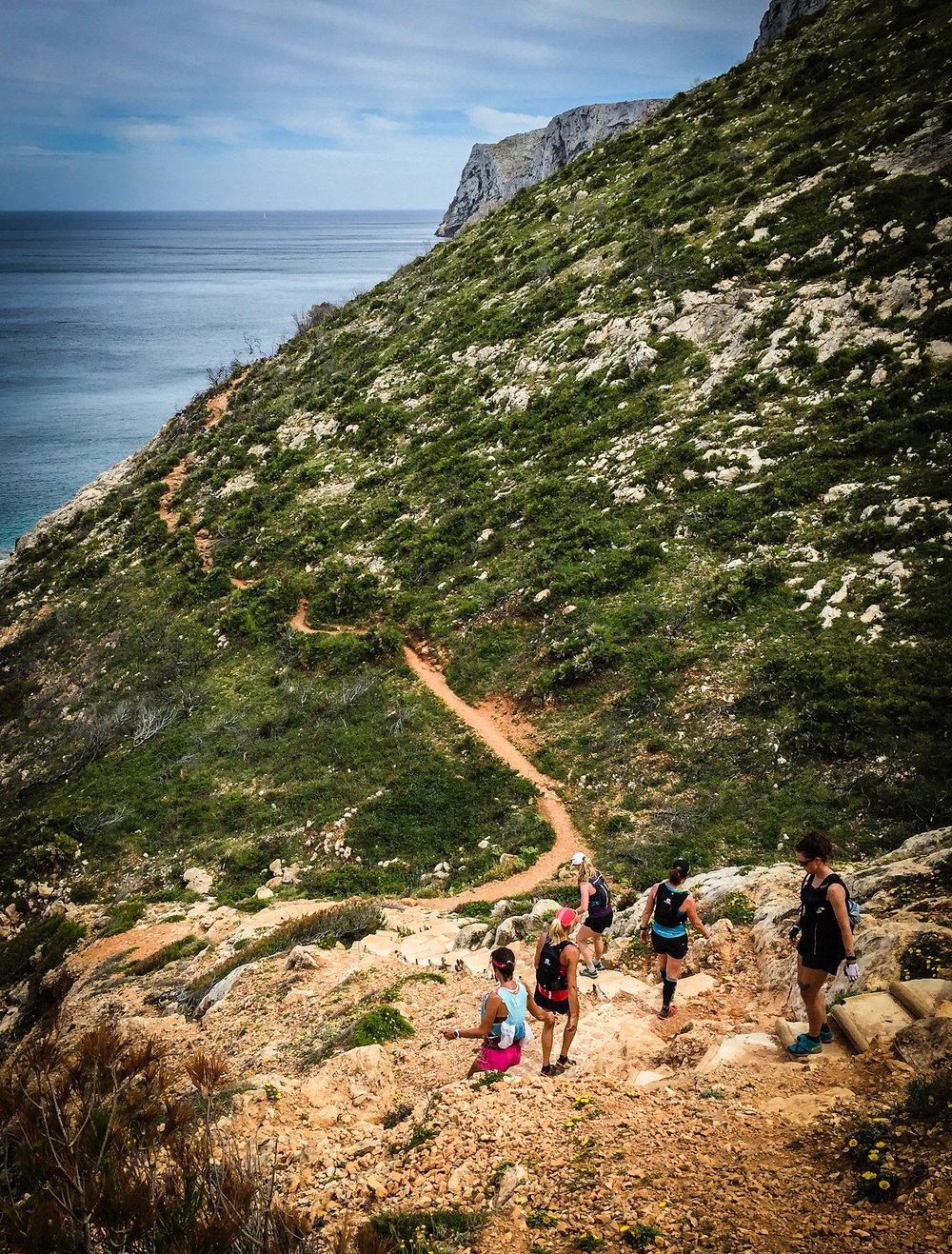 På väg ner mot grottan La Cova Tallada