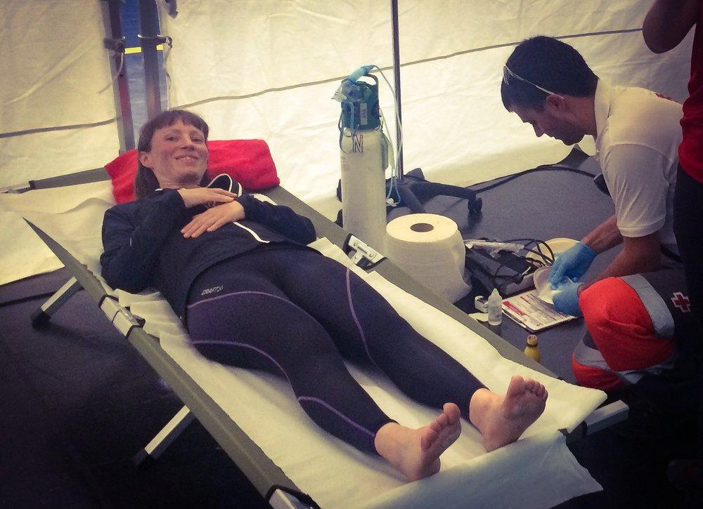 Sjukvårdarna fick kolla lite på mina fötter, mest försöka fixa till blåsorna under båda stortånaglarna.