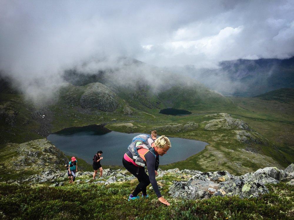 Moln, dimma och gråväder, men deltagarna kämpade på uppför de 1000 positiva höjdmeter som dagens tur innehöll.