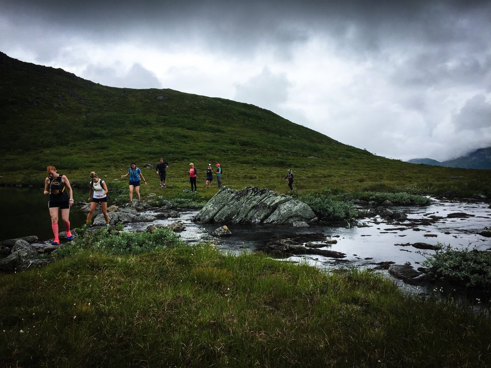 Vi började med jogg på grusväg hemifrån stugan men alldeles snart tog stigen vid. Upp till sjön Blåvatna var det lätt att följa stigen men sen blev det mer obanat.