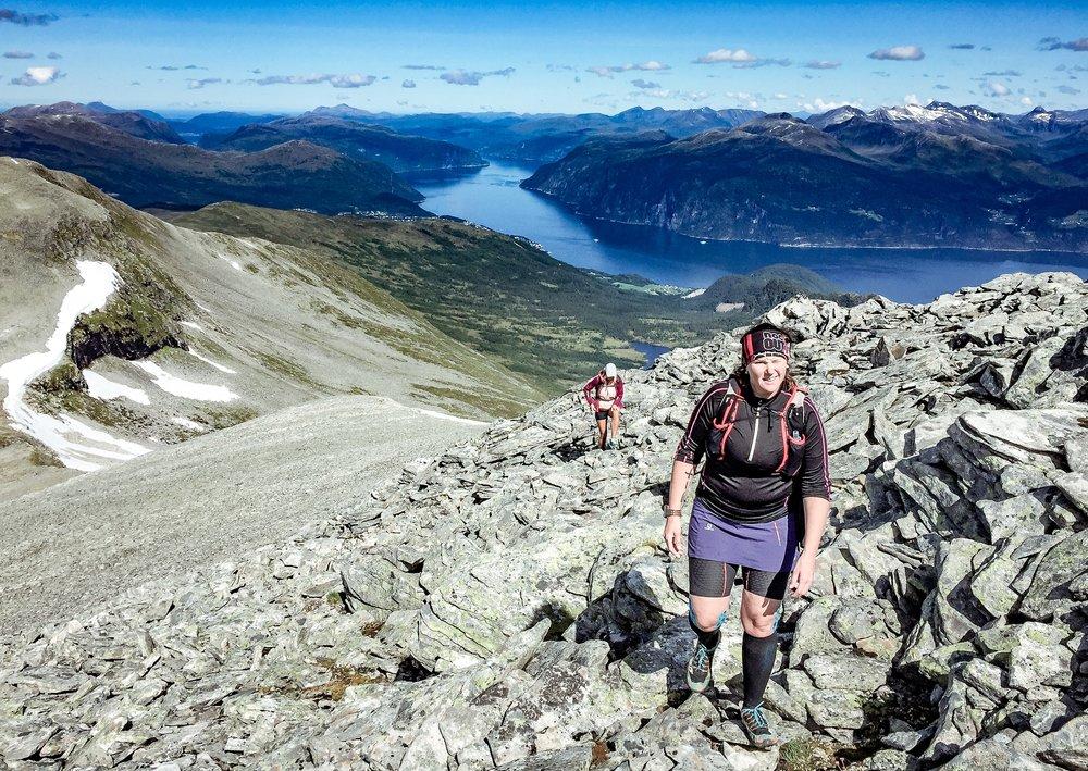 """Snart uppe på första toppen """"Fremste Blåhornet""""."""