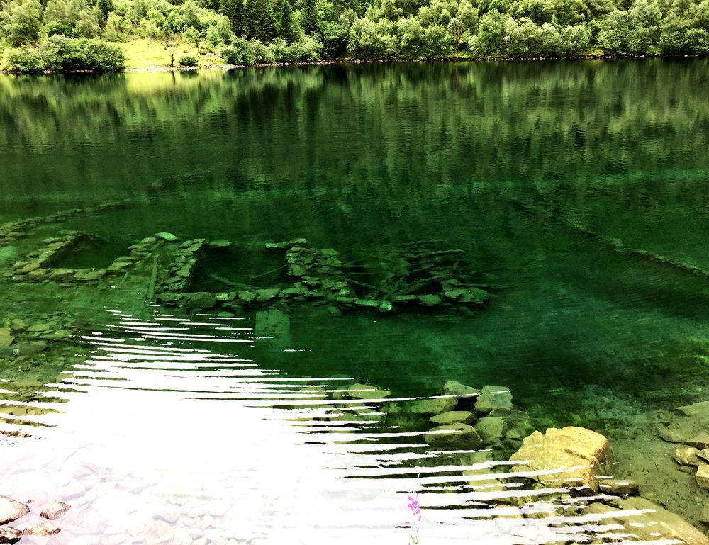 En hel by under vatten... det kan ge lite perspektiv på vad man egentligen håller på med.
