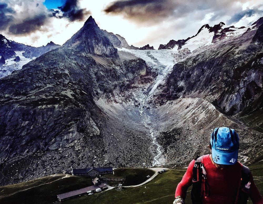 Långa stigningar i de franska alperna på UTMB