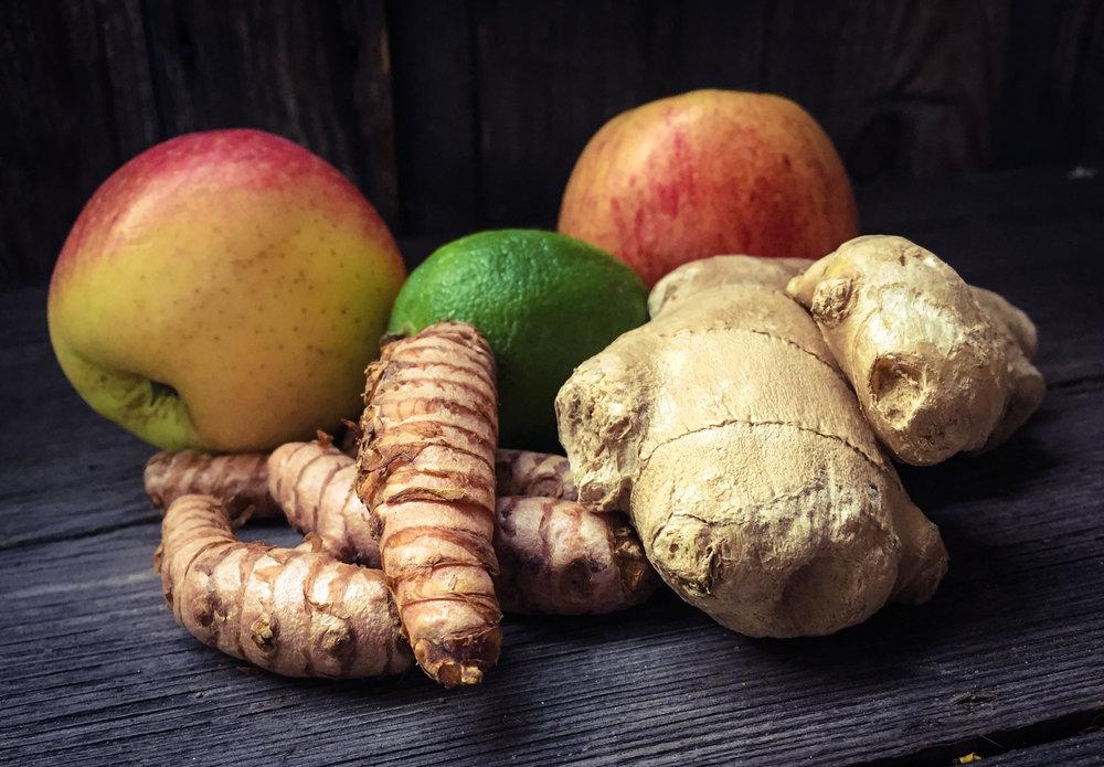 Bra basingredienser för vardags-smoothie; äpple, lime, gurkmeja och ingefära