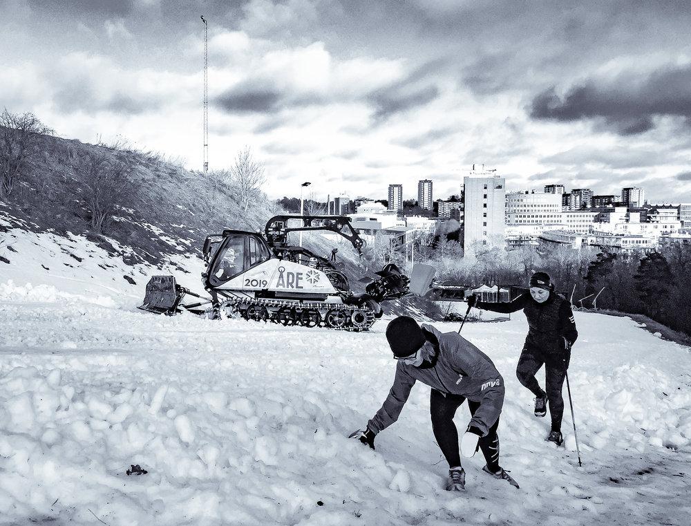 Den stora frågan var om man skulle ha dubbat eller inte... Det som gjorde det lite trixigt att välja var att banan bestod både av snö, is och barmark. Men hade man inte dubbat var det helt klart lite väl halt på vissa ställen (som här för Coyntha och Susanne!) Vi körde i dubbat (Ellen i Inov-8 Arctic Claw och Johnny i Icebug Ardor OLX).
