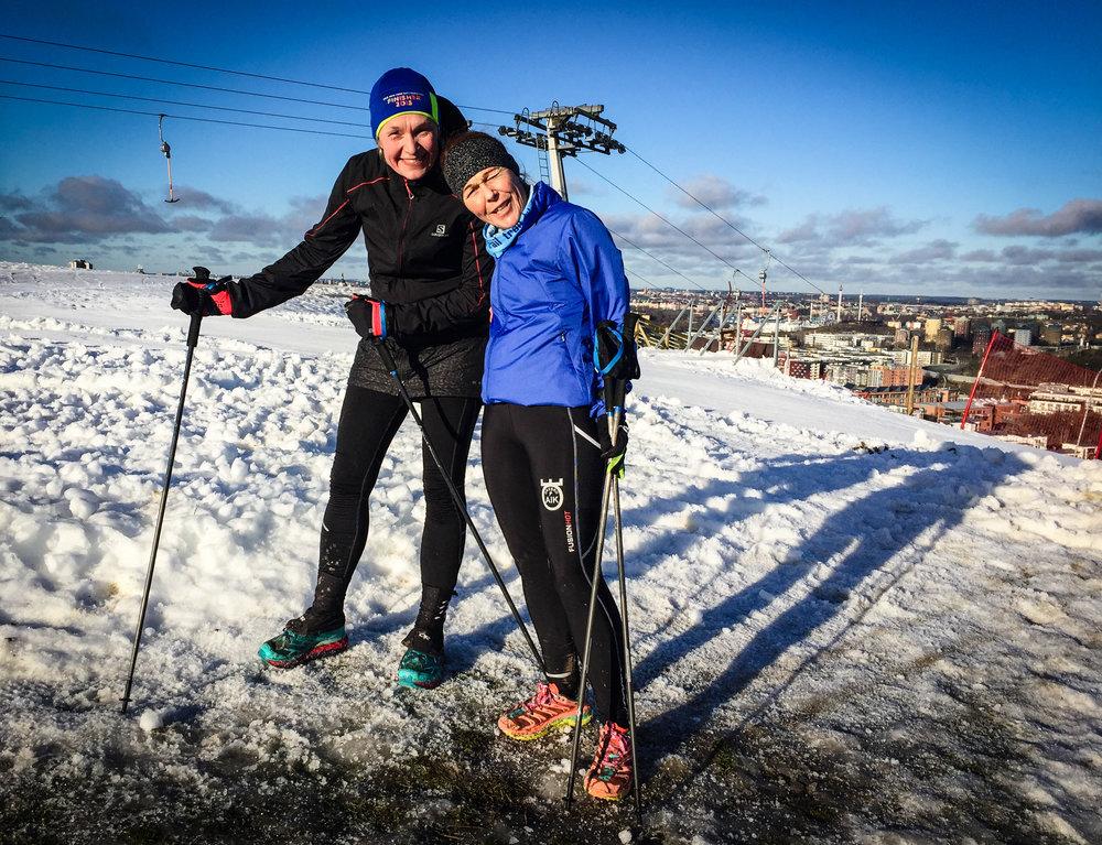 Sofia och Petra känner sig starka på toppen av Hammarbybacken. De gjorde till slut 44 km och drygt 2000 höjdmeter — ett grymt dagsverke!