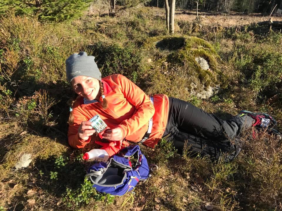 Ligger i lingonriset och äter en  PickyBar . Foto Lisa Kriga