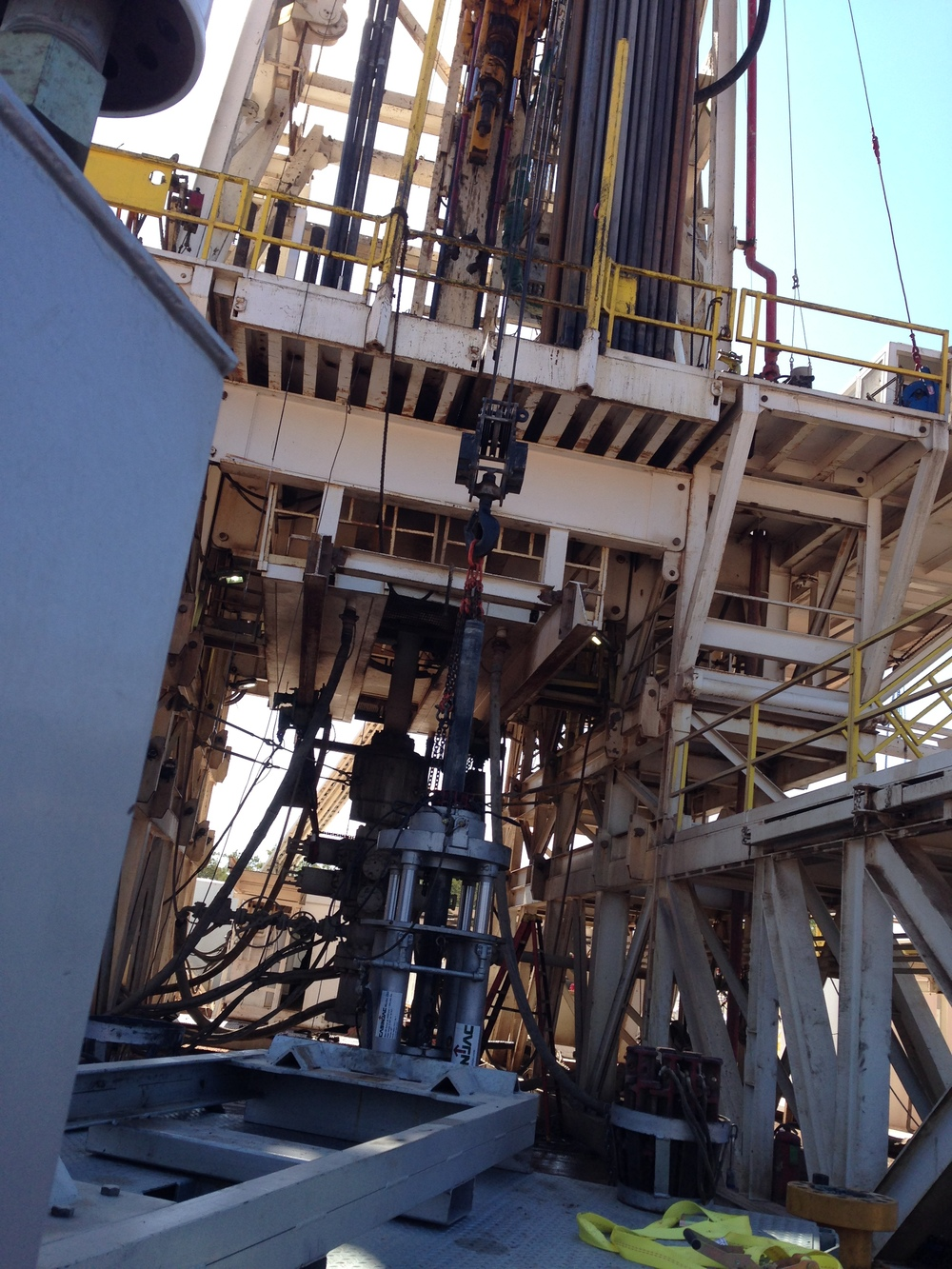 MODEL 282 CASING JACK WORKING UNDER DRILLING RIG FLOOR