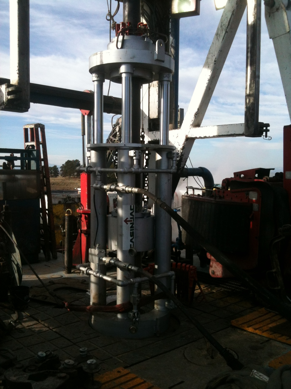 Model 282 casing jack set on drilling rig floor